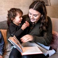 Anne (23) las als vrijwilliger Zehra (4) voor, die moeite had met Nederlands
