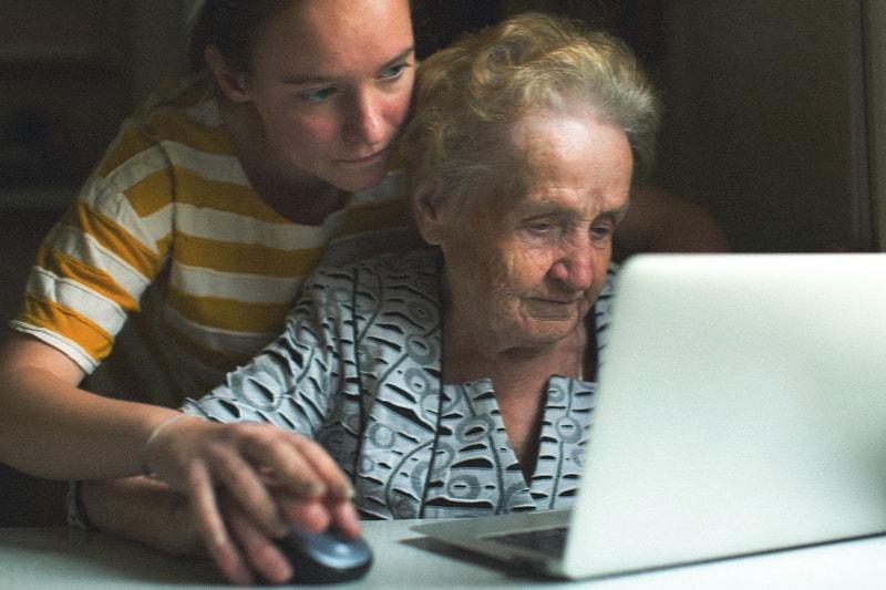 ouderen helpen computer